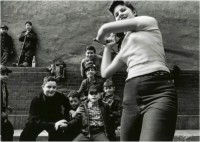 William Klein – Stichball Gang, New York 1955, 2013.