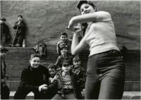 William Klein – Stichball Gang, New York 1955, 2013.
